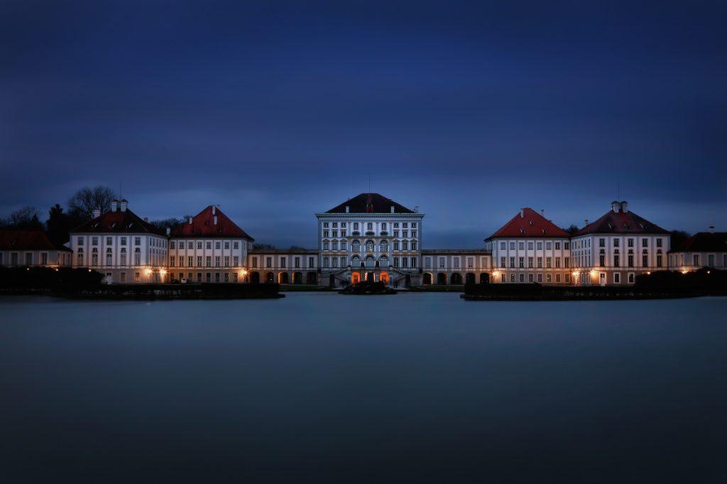 Das Schloss Nymphenburg bei Nacht.